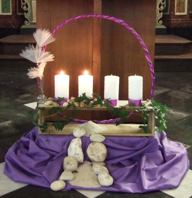 Eigentijdse adventsopstelling in een parochiekerk