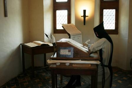 Monnik in cel (tentoonstelling abdij Citeaux)