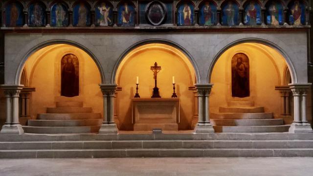 Het altaar representeert de kribbe, het graf, de tafel van het Laatste Avondmaal...