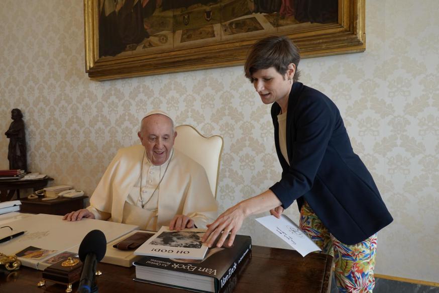Lieve Wouters overhandigt de paus een exemplaar van de eerste 'OH GOD!'. © Koen Vlaeminck
