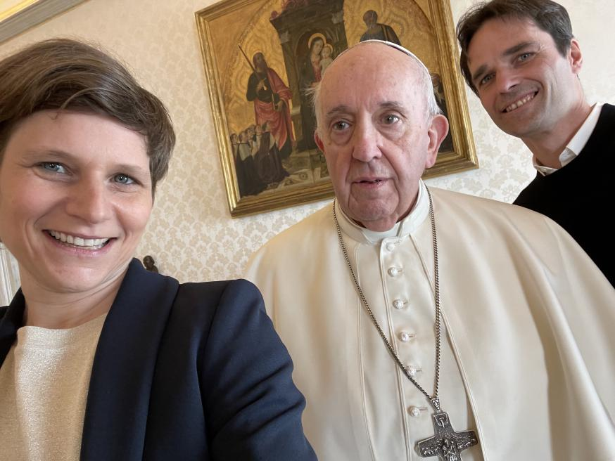 Tijd voor een selfie! Lieve Wouters en Koen Vlaeminck met de paus. © Lieve Wouters
