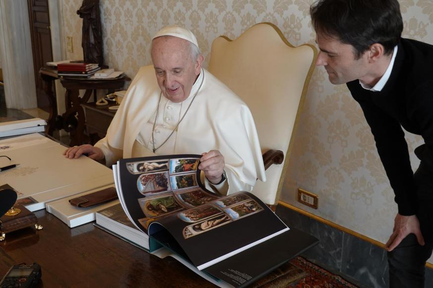 Koen Vlaeminck had als cadeau voor de paus een boek over Van Eyck mee. © Foto Lieve Wouters
