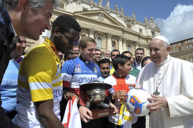 De paus maakt tijd voor de Clericuscup-verantwoordelijken. © Stampa del Centro Sportivo Italiano