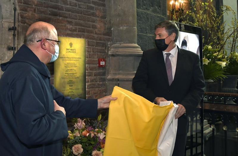 Bisschop Lode Van Hecke en minister-president Jan Jambon onthullen de gedenkplaat. © Firmin De Maitre
