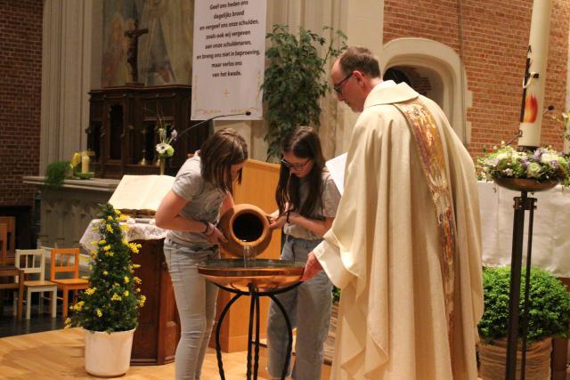 Het water wordt in de doopvont gegoten © RvH