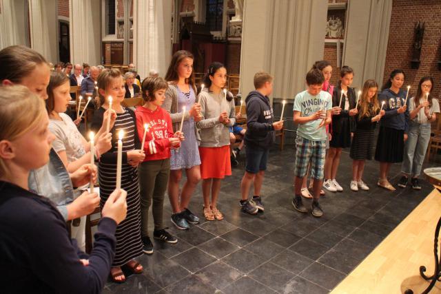 De vormelingen hernieuwen hun doopbeloften © RvH
