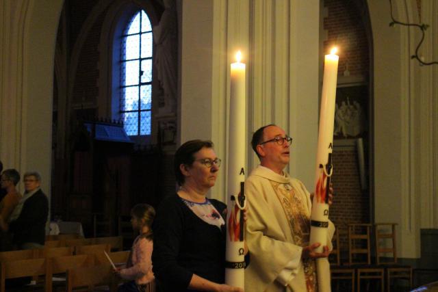 De paaskaarsen worden naar voren gebracht en brengen licht in de kerk © RvH