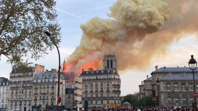 Al van bij aanvang was er een enorme brandwolk te zien  © notredame.deparis@facebook.com