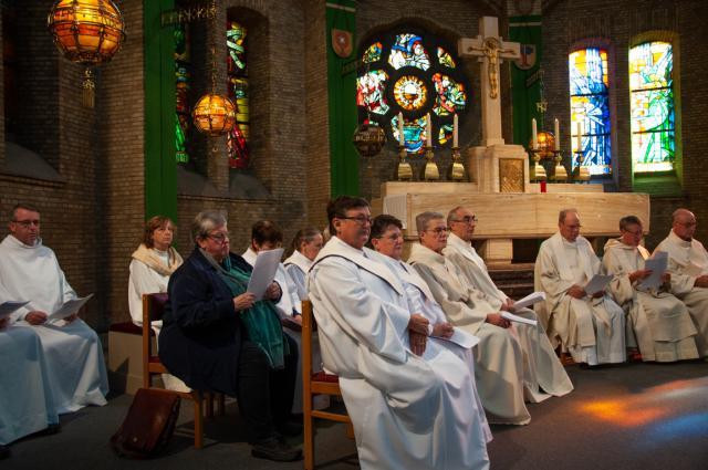 de pastorale werksters, parochie-assistenten en gemandateerde voorgangers aan de linkerkant © Annelies Van Heyst