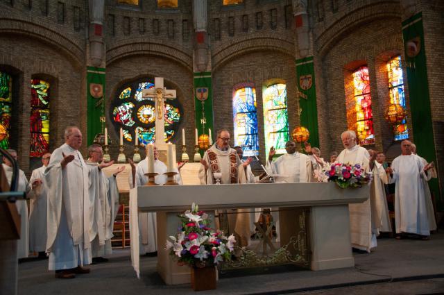 de concelebrerende priesters tijdens het Onze Vader © Annelies Van Heyst