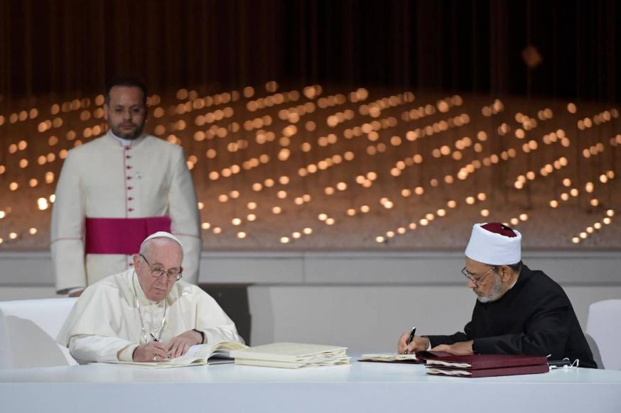 Paus Franciscus en grootimam Achmad Al-Tayyeb tekenen een Verklaring voor Wereldvrede tijdens een historische ontmoeting in Abu Dhabi © Vatican News on Facebook