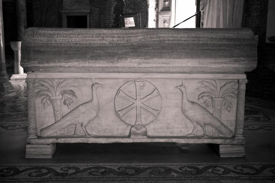 De pauw staat symbool voor onvergankelijkheid, hier op een sarcofaag in de San Vitalebasiliek in Ravenna. © Sharon Mollerus CC Flickr