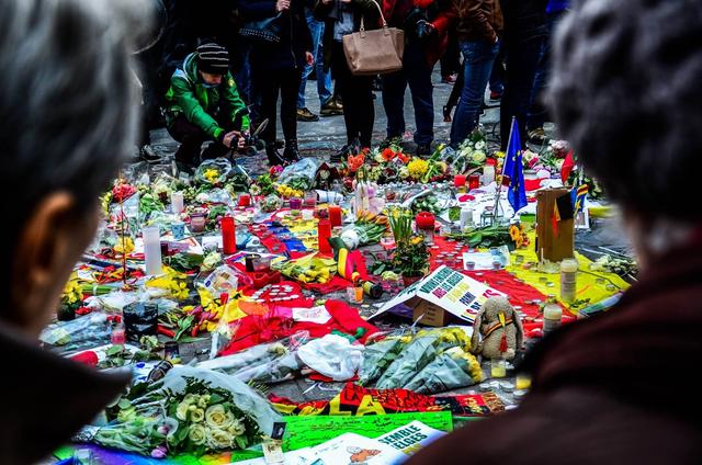Mensen tonen solidariteit na de aanslagen in Brussel