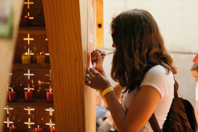 Jongeren van IJD hadden de pop-up kapel naar Turnhout gehaald. Deelnemers konden er een kaars branden en een intentie uitschrijven. © Mathias Hannes
