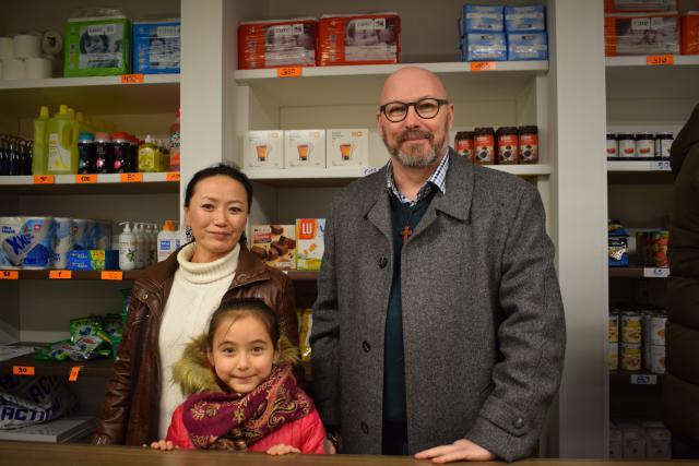 Diaken Cürd Fieux, verantwoordelijk voor Potpourri, met vrijwilligster Otgon Jambal en haar dochtertje Roza. © Inge Cordemans