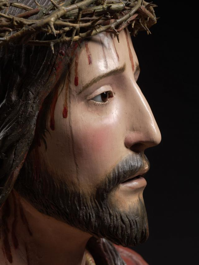 Detail van : Pedro de Mena, Ecce Homo, c. 1680 Polychrome wood with reverse painted glass eyes, 49 x 41,5 x 18 cm MNHA, Luxemburg (on loan from a private collection), inv. 2016-D009/001 © © Dominique Provost