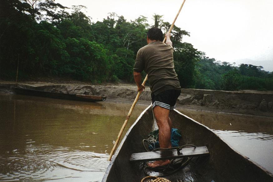 Vlak voor ik aan land ga tijdens een pastorale voettocht door onze parochie in het Peruaanse regenwoud. © Johan Verschueren