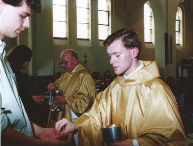 Pastor Gino deelt de communie uit op zijn priesterwijding © Gino Matheeuws