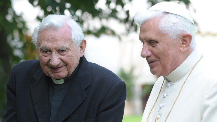 De emeritus paus Benedictus XVI met zijn oudere broer Georg Ratzinger © Vatican Media