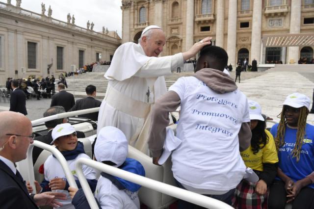 De paus gaf vluchtelingen een lift op het Sint-Pietersplein © Vatican Media