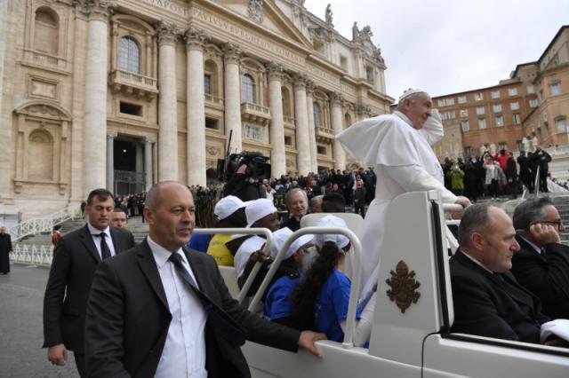 Vluchtelingen reisden een einde mee met de pausmobiel © Vatican Media