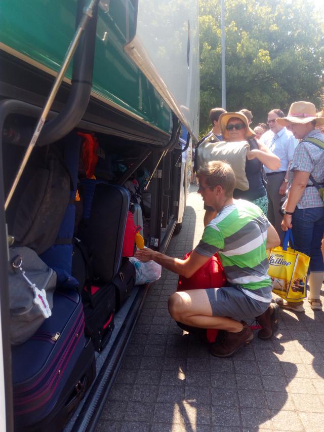 Alles en iedereen de bus op... goeie reis!