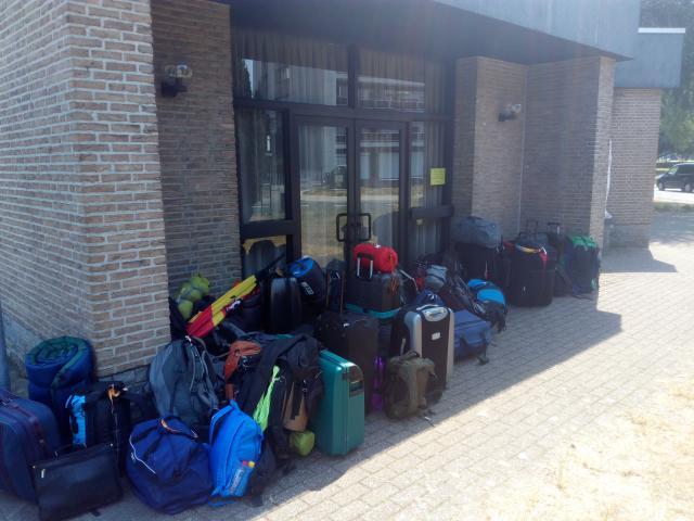 De misdienaars verzamelen voor het vertrek