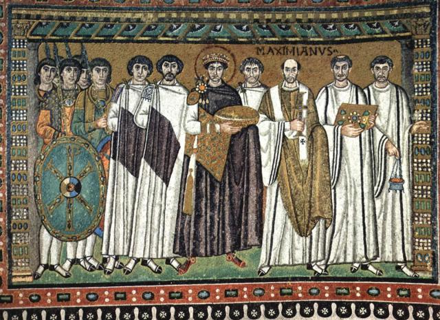 Keizer Justinianus, geflankeerd door zijn hofhouding en de aartsbisschop. © Roger W / CC Flickr