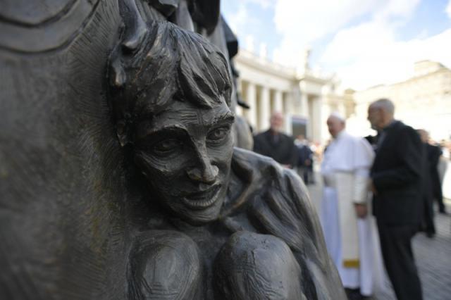 Paus Franciscus onthulde het beeld Angels Unawares van Timothy Schmalz © Vatican Media