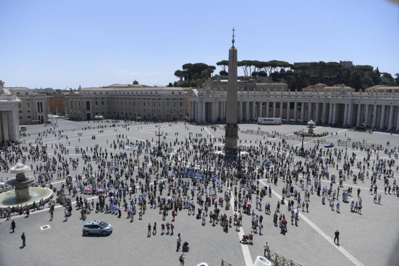 Slechts een honderdtal gelovigen mochten het Angelusgebed bijwonen © Vatican Media