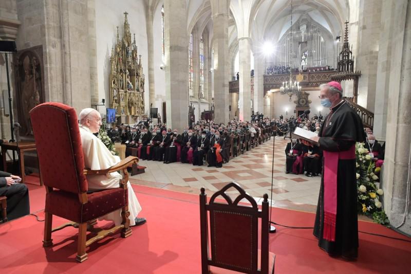 Ontmoeting met de bisschoppen en geestelijken in de Sint-Martenkathedraal © Vatican Media