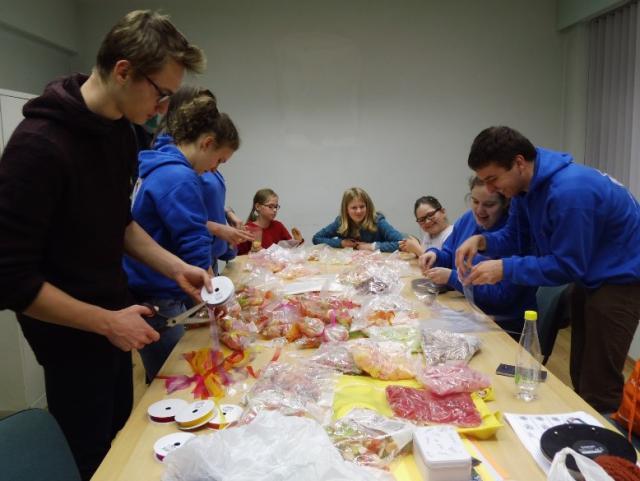 Snoepzakjes klaarmaken voor verkoop in het kader van de Warmste Week