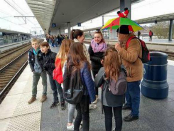 Wachten op de trein. De paraplu is ons herkenningsteken © catechistengroep Meerdonk/De Klinge
