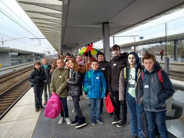 We zien de trein al komen! Richting Gent. © catechistengroep Meerdonk/De Klinge