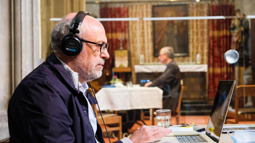 Toon Osaer modereerde het gesprek vanuit de kerk in Alsemberg. © Laurens Vangeel