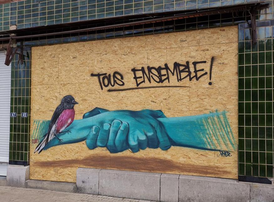 een ingeduwd raam is tijdelijk vervangen door een plank en 'iemand' schilderde erop twee handen én een duif