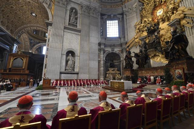 Tientallen bisschoppen en kardinalen woonden de herdenking bij © Vatican Media