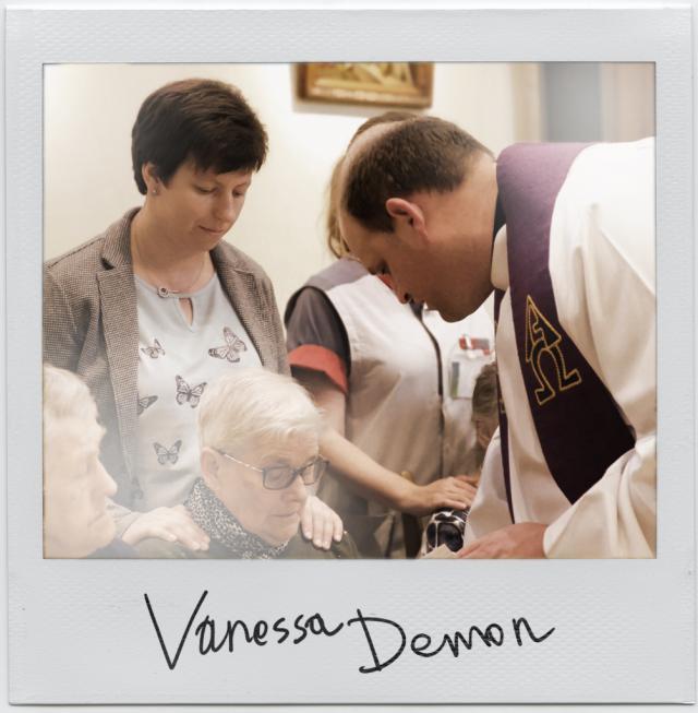 Vanessa Demon (linksachter), pastor in woonzorgzone Curando Midden © Portret en collage Sim D'Hertefelt, frame John Curley op Flickr