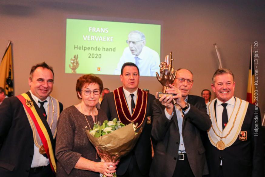 Frans Vervaeke en echtgenote met de trofee De Helpende Hand © Geert Vanhaverbeke