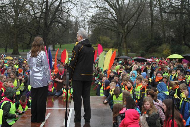 De Antwerpse bisschop Johan Bonny spreekt de vormelingen toe in het Stadspark © IJD Antwerpen