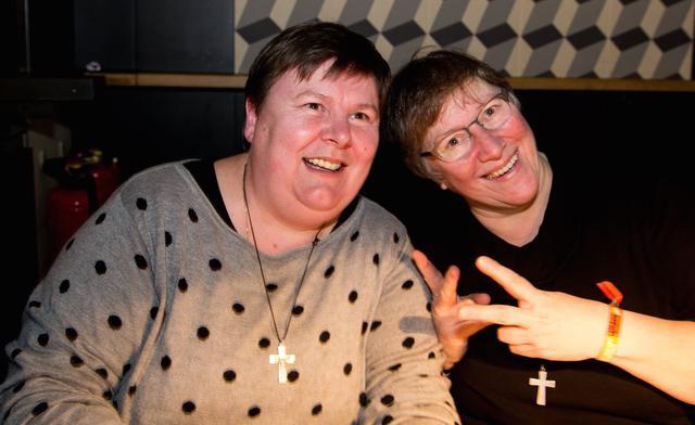 Zuster Katelijne Vandekerckhove (links) en haar overste, zuster Hilde Stinkens. © B2 Photography