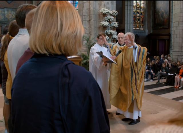 Zegengebed over huwelijkskandidaten in dekenaat Gent © Kerknet, video Lieve Wouters