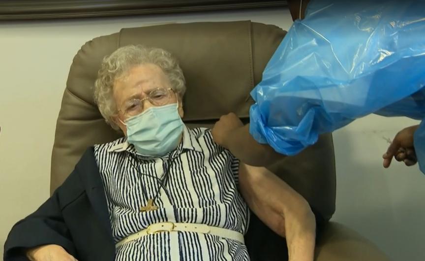 De 101-jarige gasthuiszuster van het Heilig Hart, Lucie Danjou, kreeg eind december als eerste in Brussel het coronavaccin, maar dat is omdat zij toevallig de oudste bewoonster was van het woonzorgcentrum waar de vaccinatiecampagne begon © VRT-NWS
