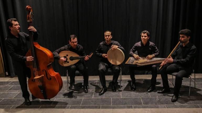 Het Wajdensemble met zanger en percussionist Khaled Alhafez in het midden.